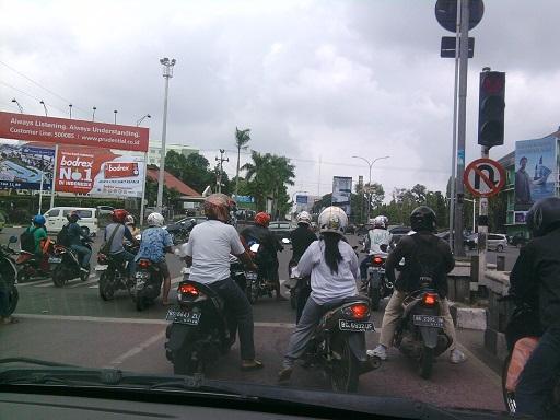 Pengendara Motor di Persimpangan